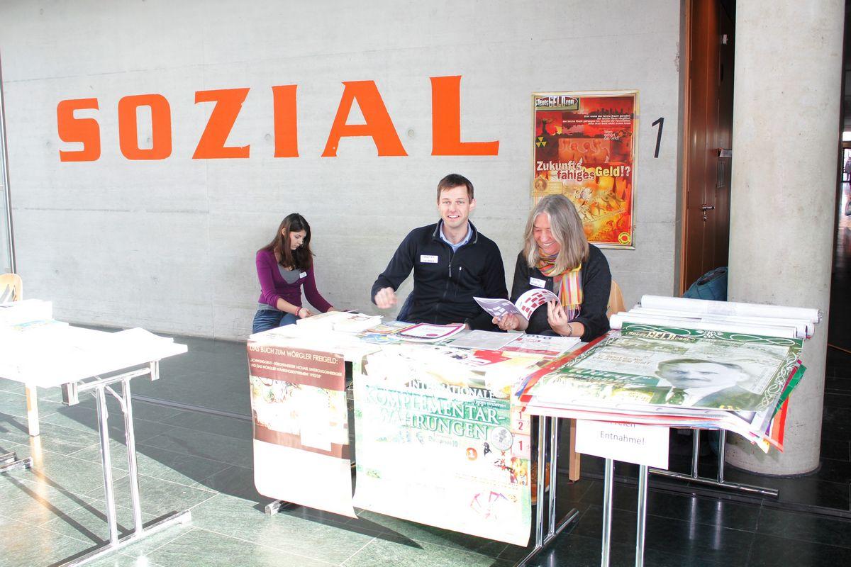 Beim Infostand des Unterguggenberger Institutes: Christian Lechner und Jutta Seethaler. Foto: Veronika Spielbichler