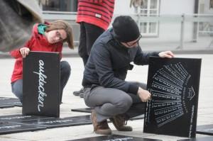 """300 Holztafeln liefern Infos zum Hypo-Alpe-Adria-Skandal und laden zum """"Aufdecken"""". Foto: Projektteam aufdecken"""