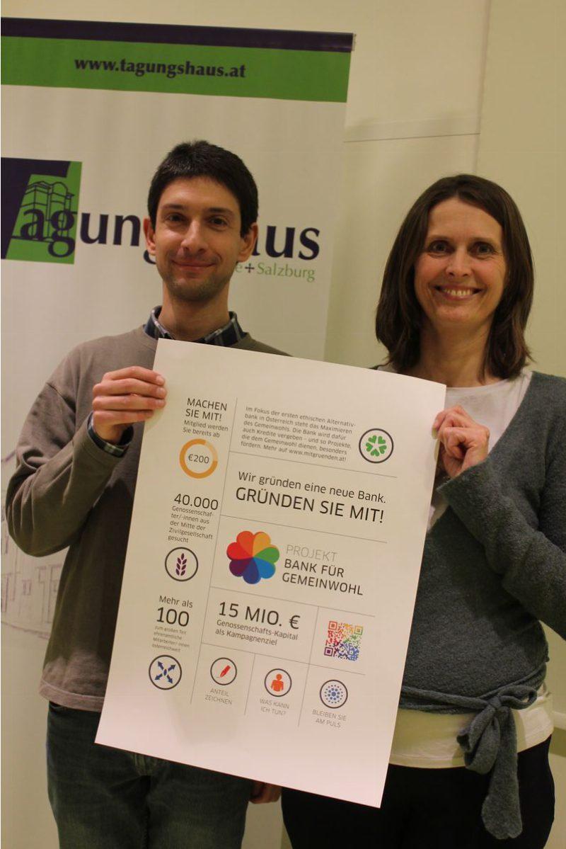 Martin Pobitzer und Monika Falbesoner von der Regionalgruppe Tirol/Projekt Bank für Gemeinwohl informierten in Wörgl über die Gründung der ethischen Bank. Foto: Veronika Spielbichler