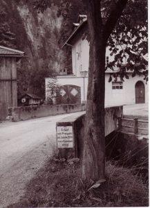 Die Müllnertalbrücke in Wörgl - 1933 erbaut mit Freigeld von der Gemeinde Wörgl. In den 1980er Jahren wurde die Brücke verbreitert, die Marmortafel mit der Aufschrift befindet sich jetzt im Wörgler Heimatmuseum. Foto: Unterguggenberger Institut Archiv