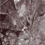 Zum Bauprogramm der Wörgler Nothilfe-Aktion mit Freigeld zählte die Errichtung eines Schluchten-Erlebnis-Steiges in die Aubachschlucht als Tourismus-Attraktion. Foto: Unterguggenberger Institut Archiv