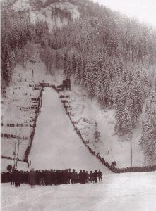 Eröffnungsspringen am 19. Februar 1933 auf der mit Freigeld erbauten Sprungschanze in Wörgl. Foto: Unterguggenberger Institut Archiv