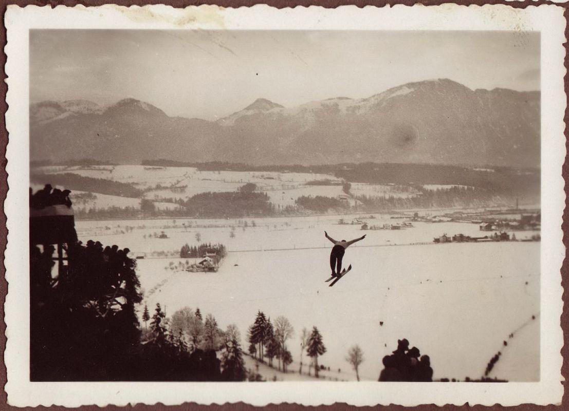 Wintersportattraktion Skispringen - die Wörgler Sprungschanze wurde 1932 mit Wörgler Freigeld errichtet. Foto: Unterguggenberger Institut Archiv