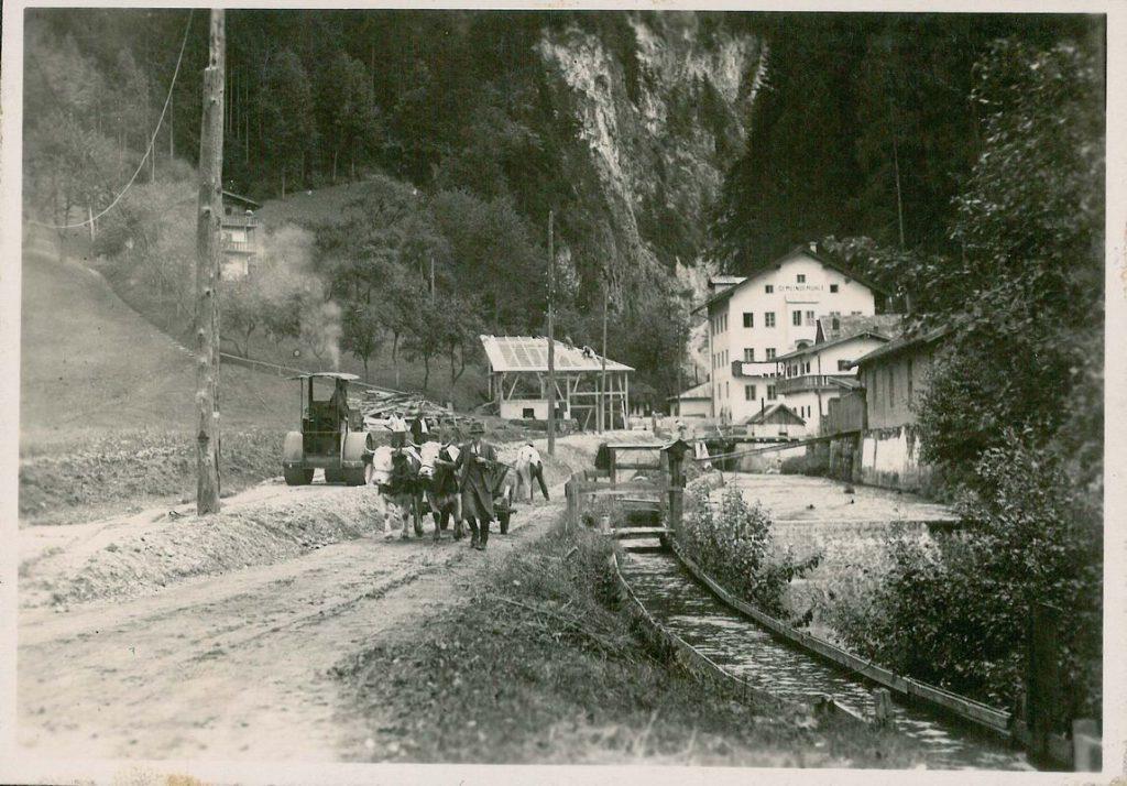 Straßenbau in der Wildschönauer Straße - die Arbeiten wurden mit Wörgler Freigeld finanziert. Foto: Unterguggenberger Institut Wörgl