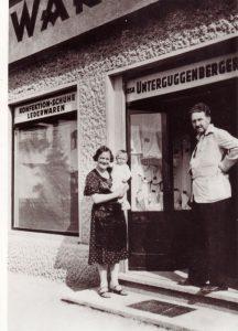 Rosa Unterguggenberger mit Sohn Silvio und der Dichter Ezra Pound bei einem Wörgl-Besuch 1936 vor ihrem Geschäft. Foto: Unterguggenberger Institut Archiv