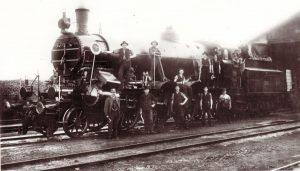 Michael Unterguggenberger (auf der Lok stehend 2.v.l.) kam 1905 nach Wörgl und wurde Lokführer. Foto: Unterguggenberger Institut Archiv
