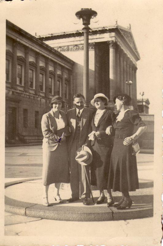 Michael Unterguggenberger mit seiner Frau Rosa und ihren Schwestern vor dem österreichischen Parlament in Wien. Foto: Unterguggenberger Institut Archiv
