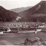 Wörgl vom Angerberg aus in Richtung Süden - im Vordergrund Remise und Heizhaus der Eisenbahn. Foto: Unterguggenberger Institut Archiv