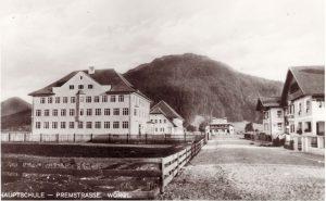 Die 1927 neu eröffnete Wörgler Bürgerschule, später als Hauptschule bezeichnet. Im Hintergrund (Bildmitte) eines der Alpenland-Wohnbaugenossenschaftshäuser der Eisenbahner. Foto: Unterguggenberger Institut Archiv