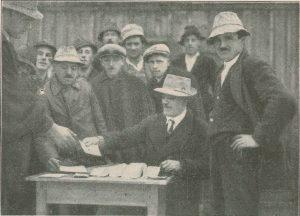 Bezahlung der Arbeiter mit Wörgler Freigeld beim Strandbadbau in Kirchbichl. Foto: Unterguggenberger Institut Archiv