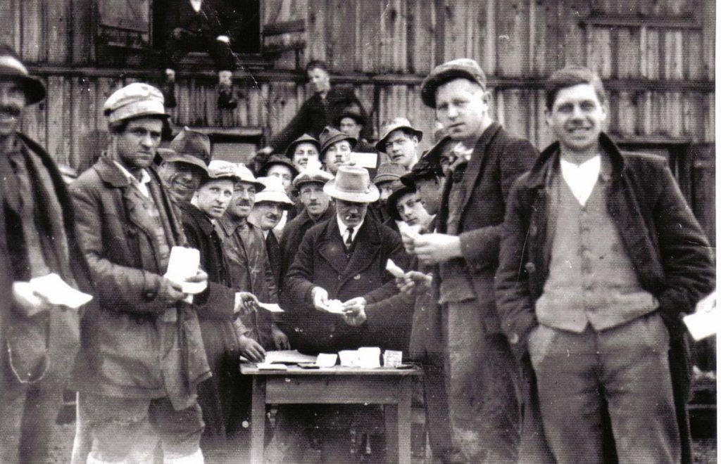 Zahltag - die Arbeiter des Wörgler Nothilfeprogrammes wurden mit Freigeld entlohnt. Foto: Unterguggenberger Institut Archiv