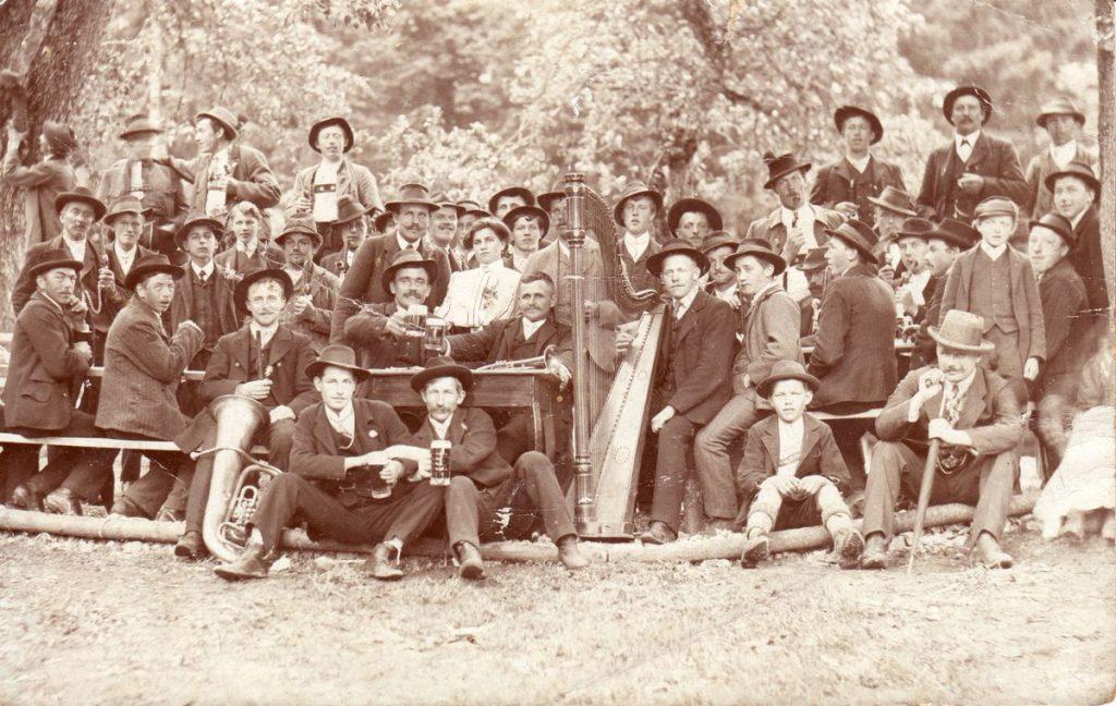 Michael Unterguggenberger (links neben der Harfe mit der Trompete) war begabter Musiker. Foto: Unterguggenberger Institut Archiv