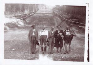 Unter diesen Wörgler Spaziergängern am Fuß der Sprungschanze ist der Erbauer des Fuchsweges Johann Fuchs. Foto: Unterguggenberger Institut Archiv