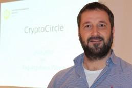 Heinz Hafner leitet als Facilitator den CryptoCircle des Unterguggenberger Institutes. Foto: Veronika Spielbichler