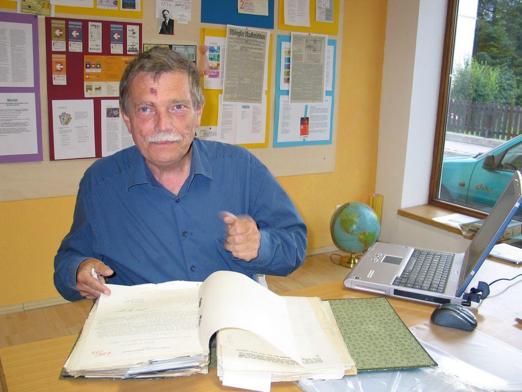 Der Publizist und Historiker Dr. Wolfgang Broer recherchierte drei Jahre lang intensiv übers Wörgler Freigeld, auch im Wörgler Unterguggenberger Institut. Foto: Veronika Spielbichler