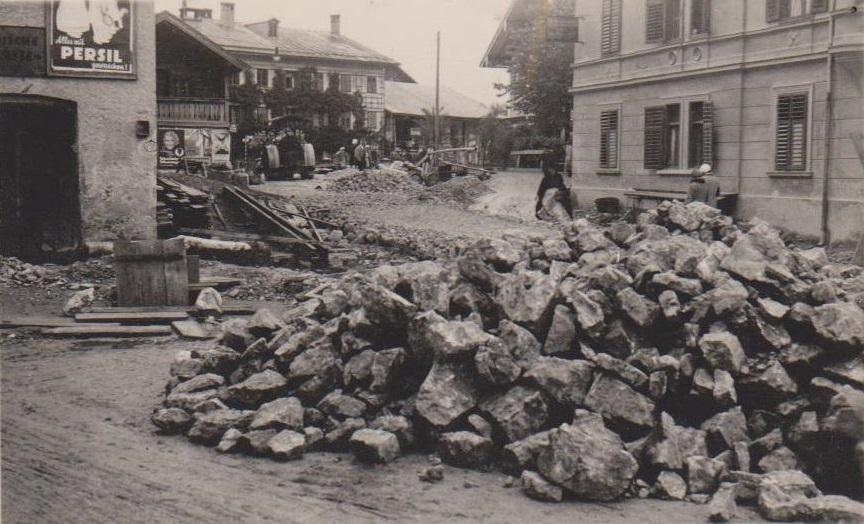 Zu den Notstandsarbeiten zählten Straßenbauarbeiten. Foto: Unterguggenberger Institut Archiv
