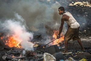 """Die Müllhalde von Agbogbloshie ist die Hölle auf Erden für die Menschen, die hier Europas Elektroschrott """"verwerten"""". Foto: www.welcome-to-sodom.de"""