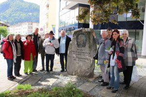 Die Gruppe aus Augsburg beim Erinnerungsfoto an den Wörgl-Besuch beim Unterguggenberger-Denkmal gegenüber vom Stadtamt in der Bahnhofstraße. Foto:Spielbichler