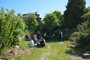 Die Schülergruppe der Montessorischule Innsbruck nützte den Wörgler Freigarten für ein Picknick. Foto: Spielbichler
