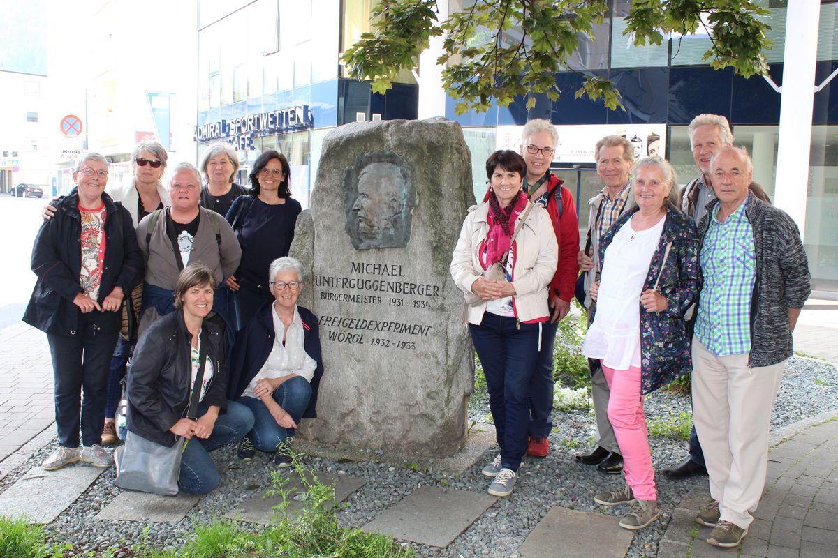 Besuch aus Vorarlberg beim Unterguggenberger Denkmal in Wörgl. Foto: Spielbichler