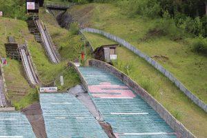 Im Sommerbetrieb werden die drei kleinen Schanzen der Sprunganlage genützt.