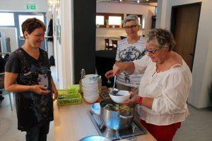 Pressknödel-Suppe als Vorspeise wurde von Mitgliedern des Talentenetz Tirol gekocht und serviert.