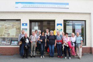 Beim Unterguggenberger Institut startete der Freigeld-Rundgang, der die Gruppe u.a. zur Müllnertalbrücke und zur Sprungschanze führten.