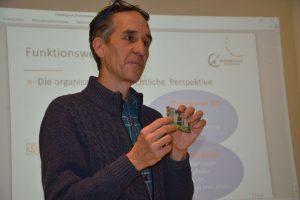 Stefan Schütz, 1. Vorsitzender des Chiemgauer Vereins, beantwortete beim Filmabend Publikumsfragen zum Chiemgauer.