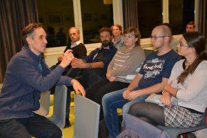 Stefan Schütz vom Chiemgauer e.V. (links) bei der Publikumsdiskussion nach dem Film.