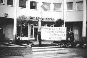 Werbeaktion für die Tagung Vergeld´s Gott: Plakataktion im öffentlichen Raum 1996. Foto: Veronika Spielbichler