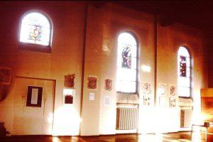 """Ausstellung """"Skulptur Baumkreuz"""" - Werke von Joseph Beuys u.a. in der Wörgler Spitalskirche 1996. Foto: Veronika Spielbichler"""