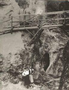 Skeptakulär war der Trittsteig in die Aubachklamm, der im Rahmen des Freigeld-Bauprogrammes errichtet wurde. Foto: Stadtarchiv