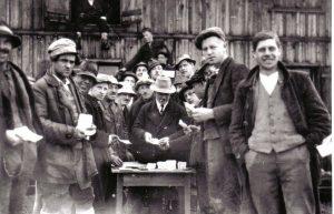 Zahltag - Johann Fuchs bei der Lohnauszahlung an die Arbeiter des Nothilfe-Bauprogrammes. Foto: Unterguggenberger Institut
