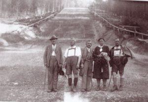 Am Sprungschanzenauslauf posierten in den 1930er Jahren diese Spaziergänger fürs Foto – links im Bild ist Johann Fuchs zu sehen. Foto: Unterguggenberger Institut