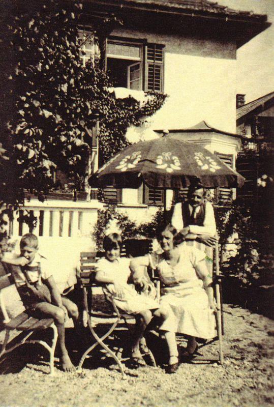 Im Garten der Familie Unterguggenberger 1935. Foto: Unterguggenberger Institut Archiv