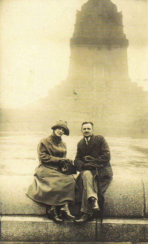 Rosa und Michael Unterguggenberger 1922 auf Hochzeitsreise in Leipzig - hier vor dem Völkerschlachtendenkmal. Foto: Unterguggenberger Institut Archiv