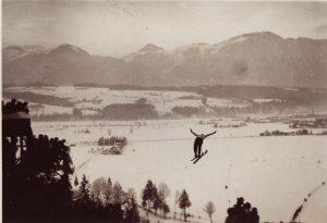 Die mit Freigeld erbaute Sprungschanze wurde am 19. Februar 1933 eröffnet. Foto: Unterguggenberger Institut