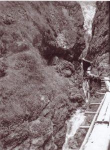 Auf einer Länge von 1,2 km wurde die Aubachschlucht mit einem Trittsteig versehen. Foto: Unterguggenberger Institut