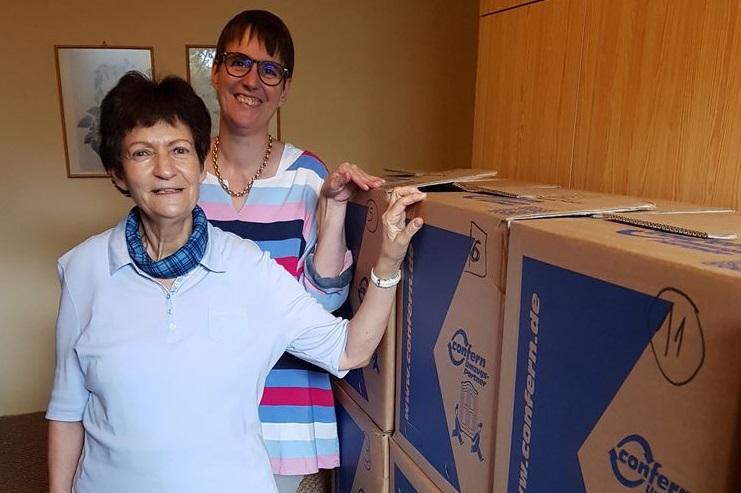Barbara Kreyser und Ulrike Henning-Hellmich mit der versandfertig verpackten Bibliothek von Josef Hüwe. Foto: Arbeitsgemeinschaft Freiwirtschaft