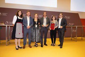 """Das Team vom Verein komm!unity freute sich über die Auszeichnung """"Glanzleistung – das junge Ehrenamt"""", die am 22. August 2021 für das Projekt I-motion beim Europäischen Forum in Alpbach verliehen wurde. Foto: Land Tirol/Sedlak"""